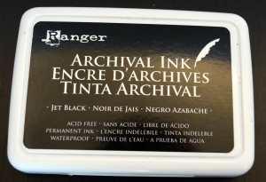 Ebenfalls wasserfest (und wasserbasiert): Archival Ink in Jet Black von Ranger.