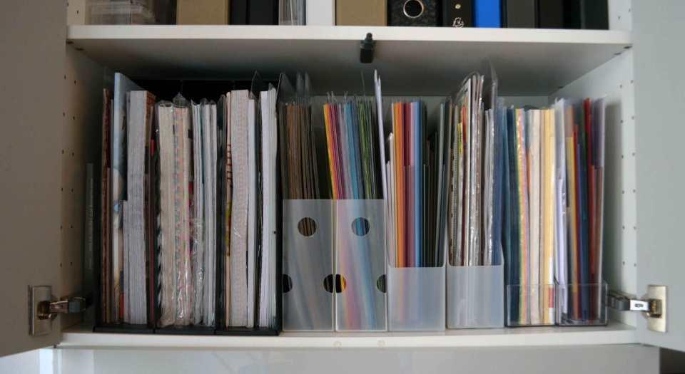 """Meine Papiersammlung: Ganz links befindet sich ein breiter Stehsammler für 12""""x12""""-Papiere, daneben zwei schmale Sammler (ebenfalls für 12""""x12""""), dann folgen vier handelsübliche Stehsammler für A4-Format."""