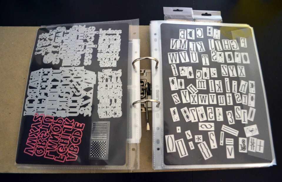 Stanzen aufbewahren: Diese Buchstabenstanzen haften auf einem Magentblatt, das wiederum in einer festen Hülle mit Lasche an der Seite steckt. Passt alles perfekt in einen handelsüblichen Büroordner.