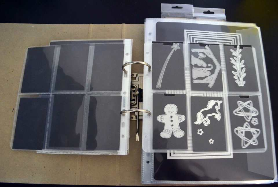 Hier sind die Xcut Mini Die Storage Pockets samt passenden Magnetblättern zu sehen – ideal für kleine Stanzen.