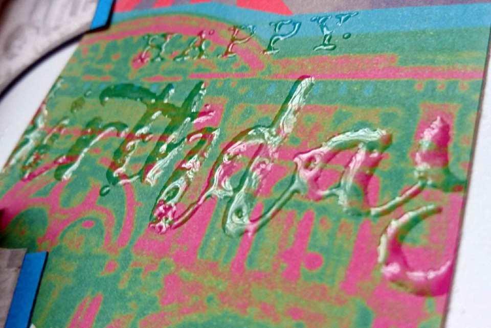 Embossen mit transparentem Embossing Powder: Die Schrift ist erhaben und gut fühlbar, sie sieht glänzend und feucht aus (ist aber völlig trocken und verschmiert nicht).