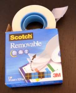 Sehr praktisch, um Dinge temporär zu fixieren und dabei kein Papier zu beschädigen: wiederablösbares Klebeband.