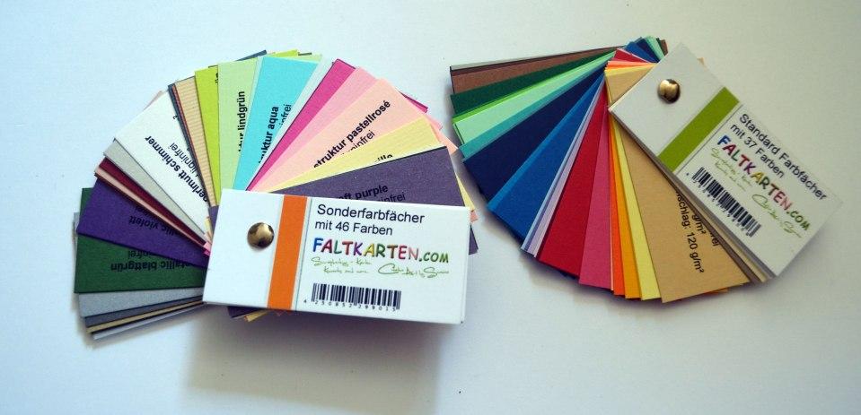 Die beiden Farbfächer von faltkarten.com – meine sind schon ein Jahr alt, das Sortiment wird immer mal wieder überarbeitet.