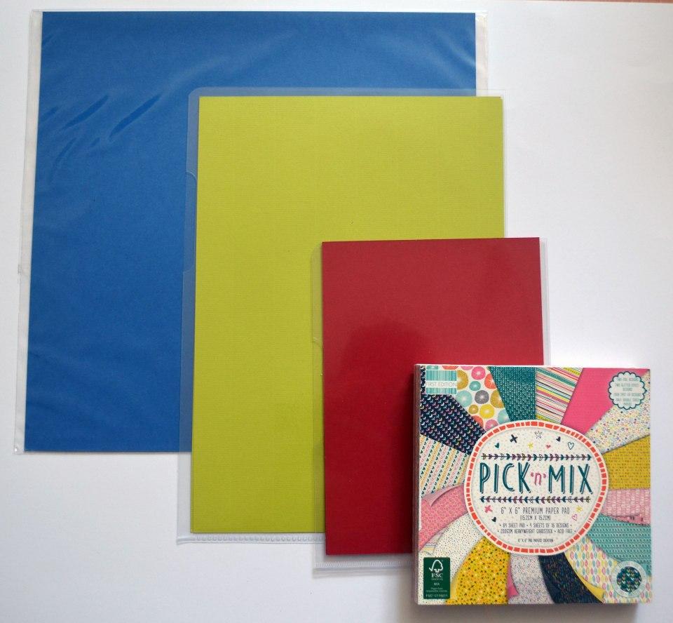 """Dreimal Cardstock (blau: 12""""x12"""", grün: A4, rot: A5) und einmal Designpapier in Cardstockqualität (6""""x6"""")."""