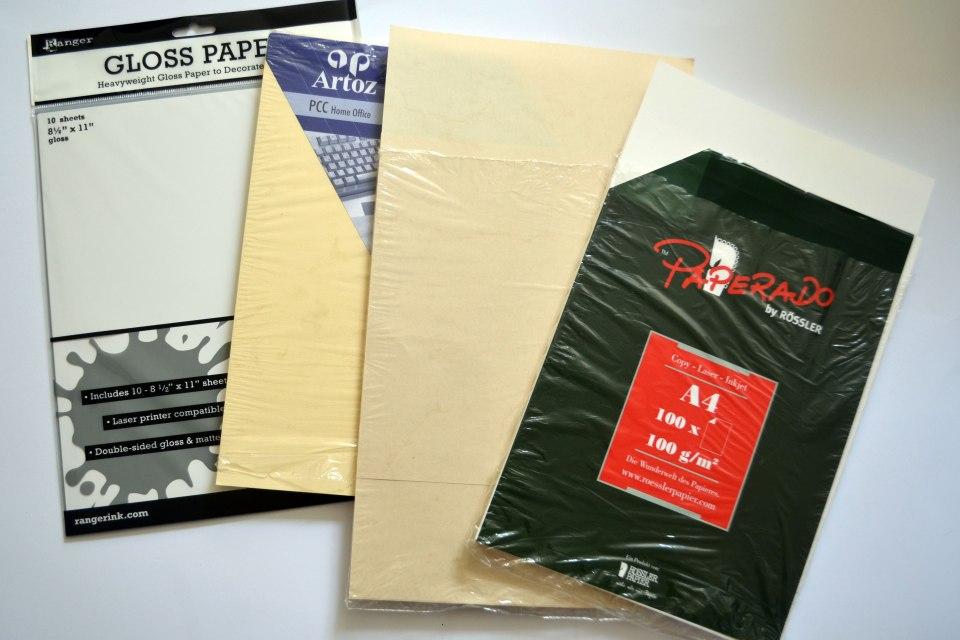 V.l.n.r.: Glossy Cardstock, glattes und recht schweres Druckerpapier in Creme, Elefantenhaut und weißes, strukturiertes Schreibpapier.